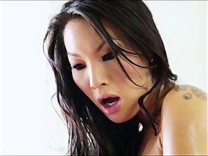 uber-sexy chinese Asa Akira supplies the perfect massage